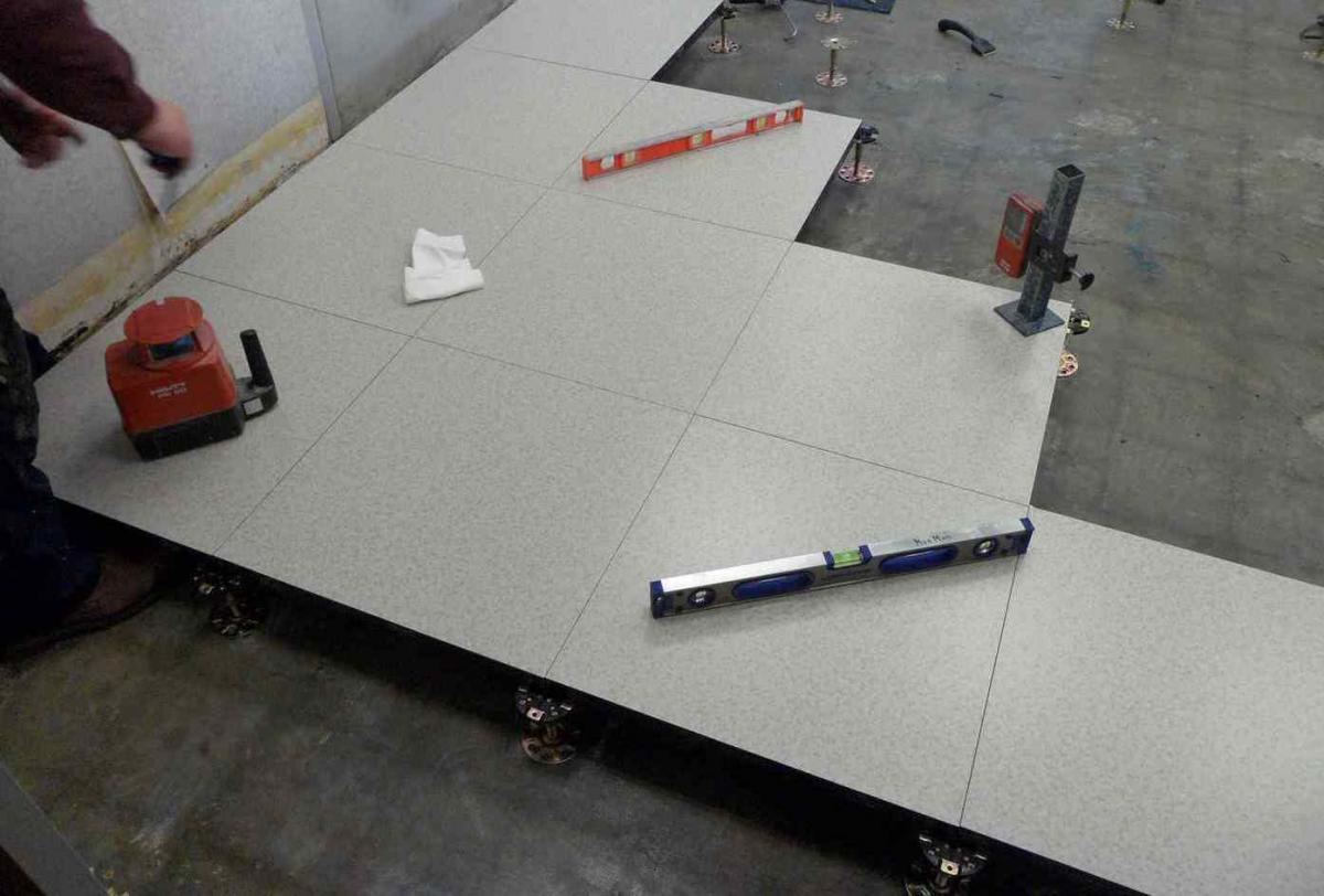 Quality raised floor installation monman for Flooring installation